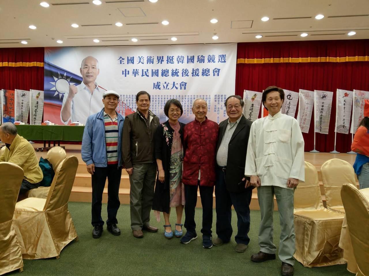 作家司馬中原(中)今出席「全國美術界挺韓後援會」成立大會。記者劉宛琳/攝影