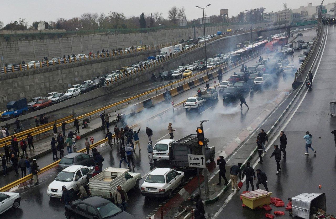 伊朗德黑蘭的示威民眾16日將車停在高速公路上阻斷交通,表達對油價高漲的不滿。路透