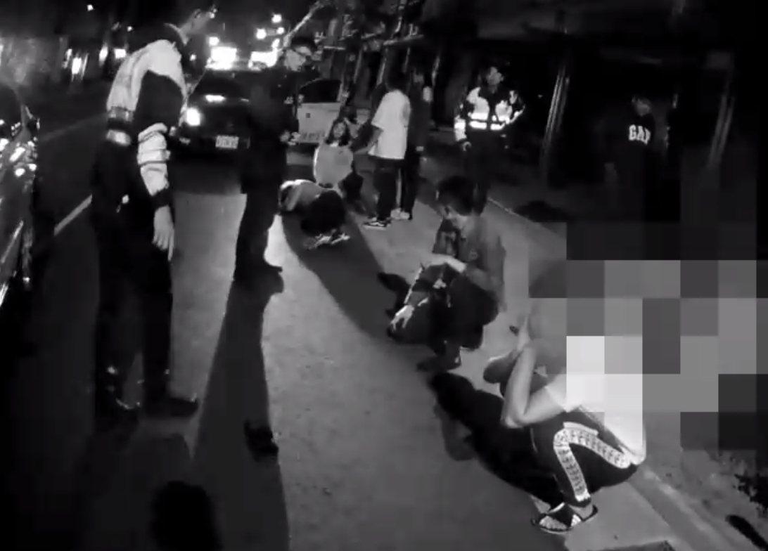 酒客打群架打到有人躺地不起,員警迅速到場,噴灑辣椒水控制場面。記者林昭彰/翻攝