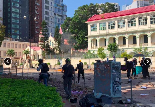 香港防暴警察向漆咸道南及暢運道交界舉黑旗,並發射催淚彈。(香港電台)