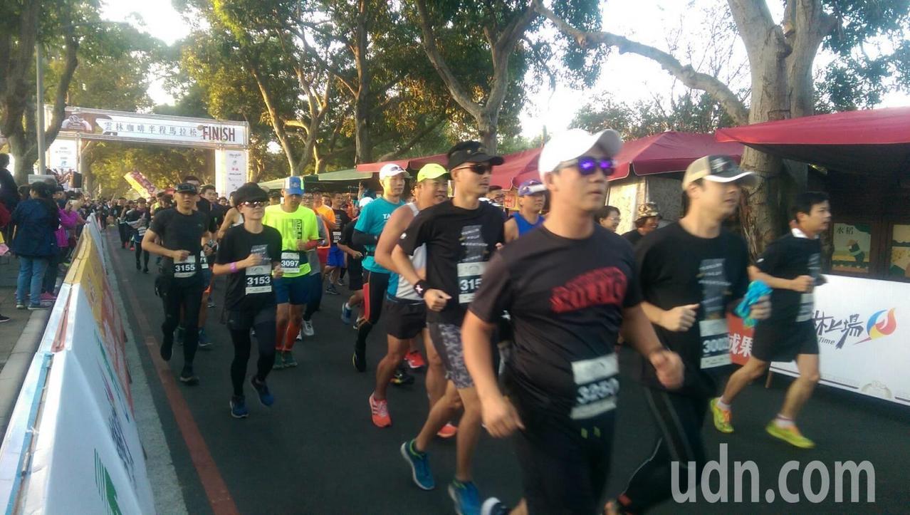 雲林咖啡半程馬拉松今天在古坑綠色隧道盛大開跑。記者李京昇/攝影
