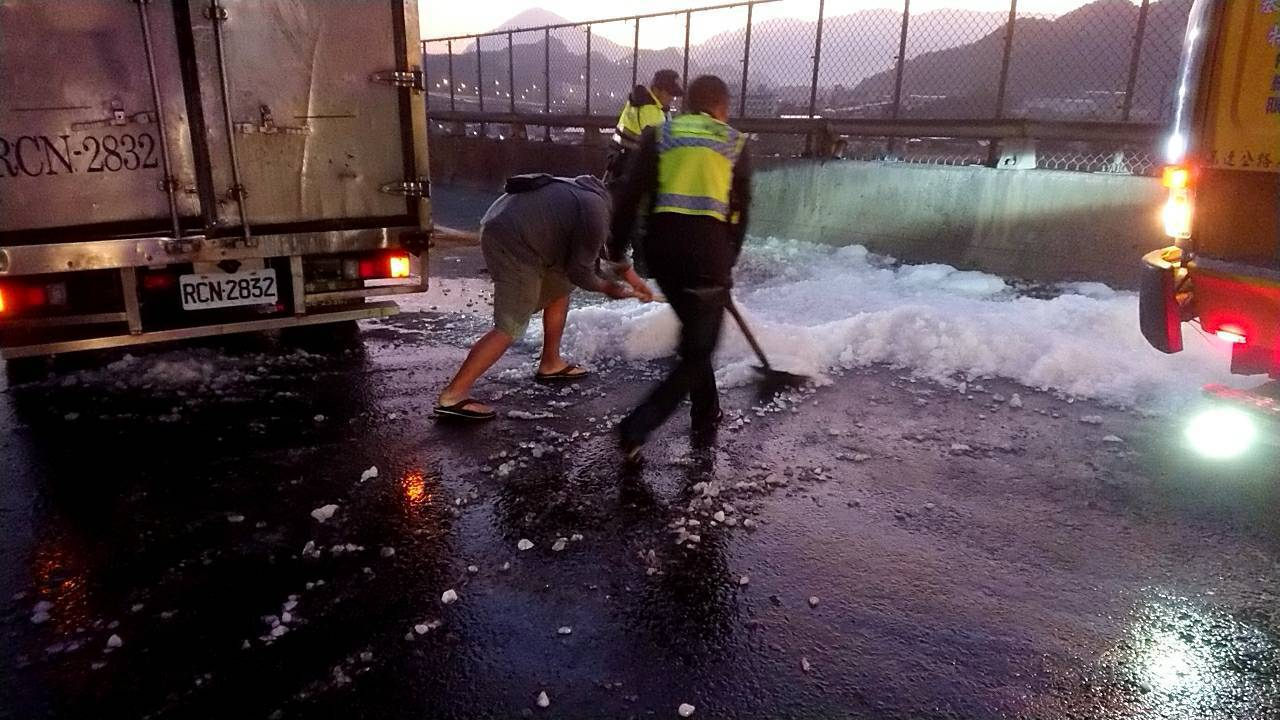 清晨一輛運冰小貨車,在62快速道路上急煞翻車,冰塊散落一地。圖/民眾提供