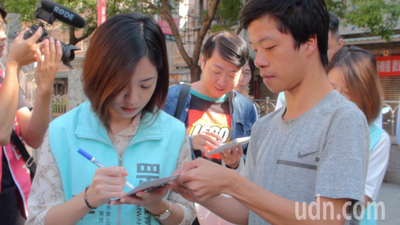 高雄不少市民看到學姐黃瀞瑩立即要求簽名合影。記者謝梅芬/攝影