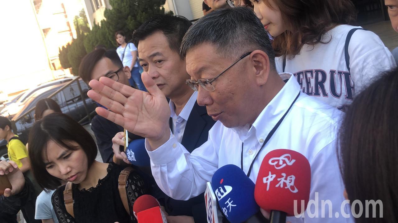 台北市長柯文哲沒有正面批評郭台銘,只表示他自己會咬緊牙根履行承諾。 記者陳秋雲/...