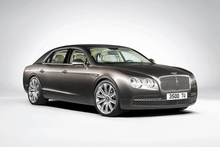 AKIRA搭乘的Bentley賓利Flying Spur跑車。圖/Bentley...