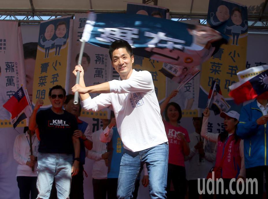 國民黨立委參選人蔣萬安(前)上午舉行競選總部成立大會,在支持者面前揮舞戰旗炒熱氣氛。記者余承翰/攝影