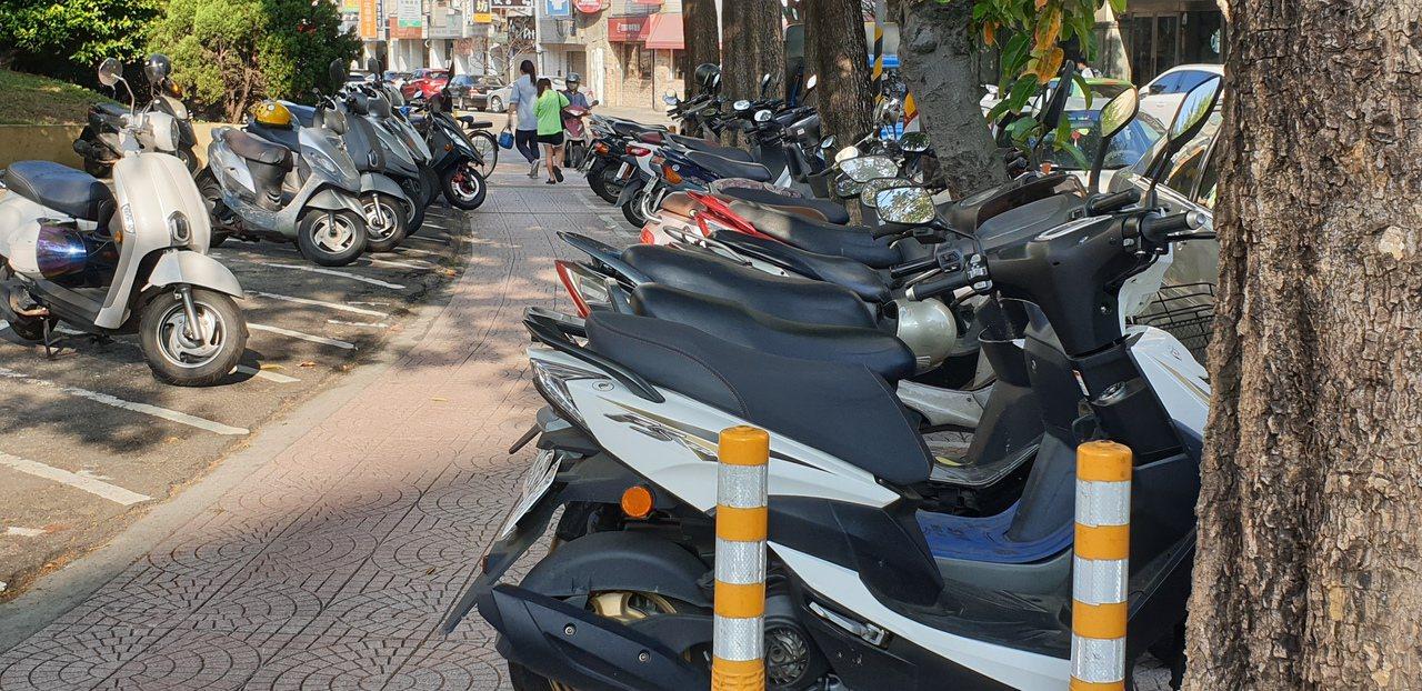 摩托車鑰匙插錯也能騎,桃園市發生老婦人準備騎兒子的摩托車買菜,卻騎錯車險些吃官司...