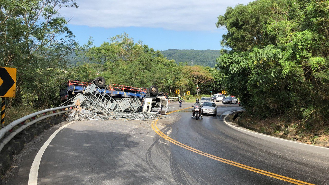 南廻公路(台9線)446.5公里處南下路段發生大貨車翻覆意外事故,貨車上滿載鑄鐵...