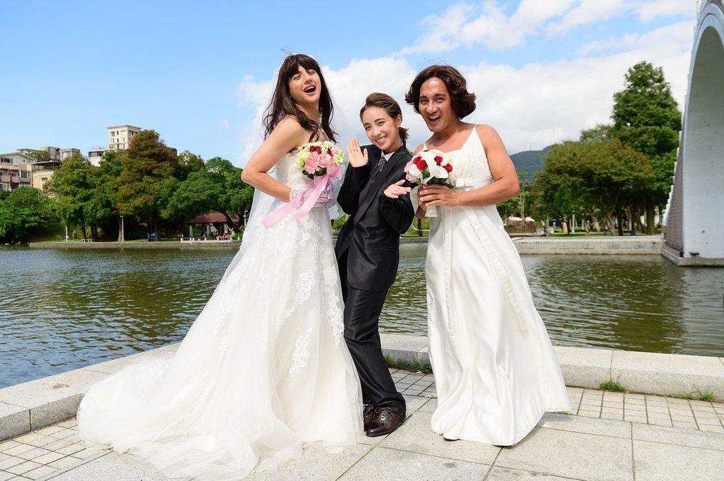 曾子余(左起)、梁舒涵、民雄搞笑拍婚紗。圖/TVBS提供