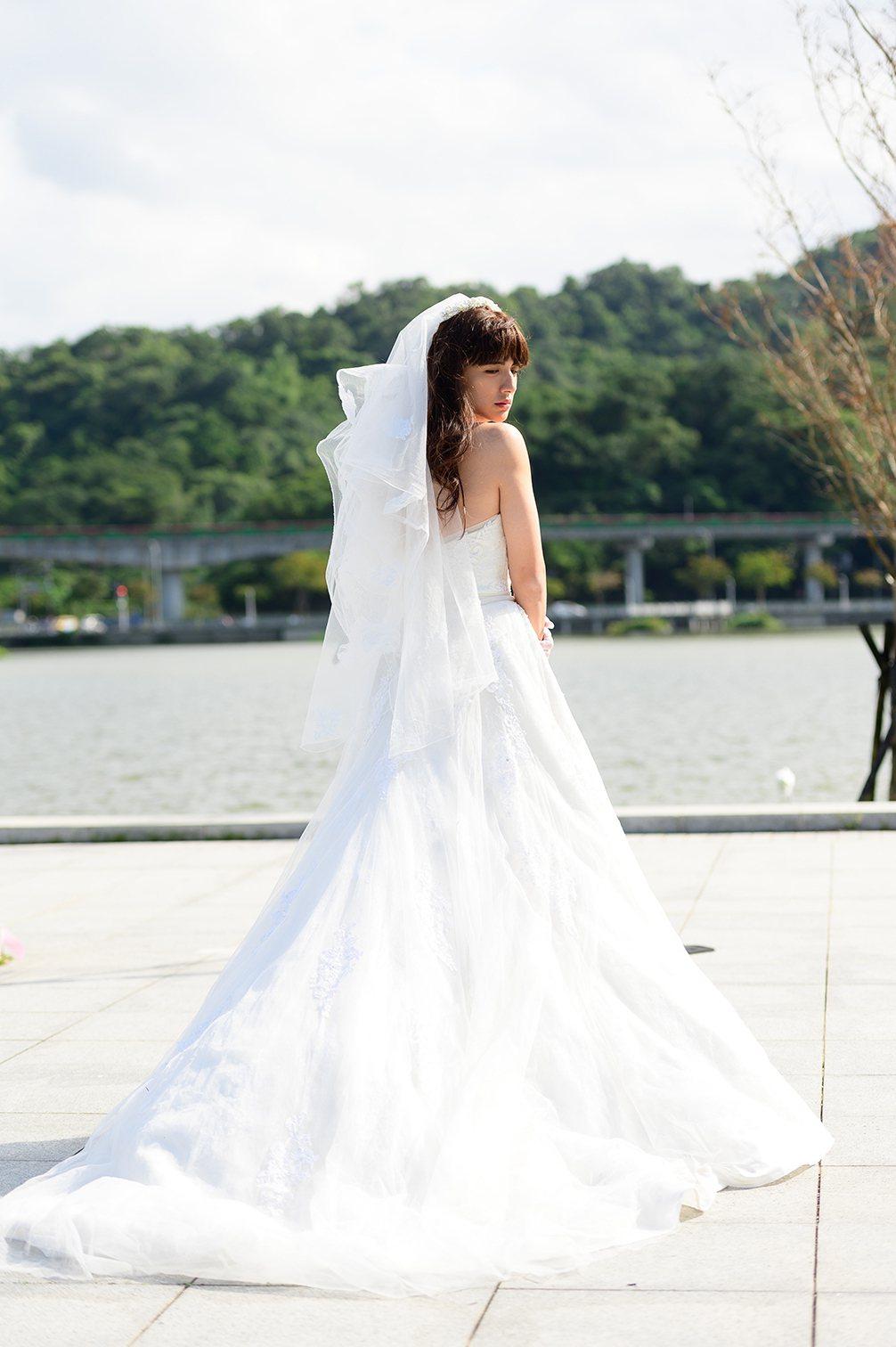 曾子余反串披婚紗。圖/TVBS提供