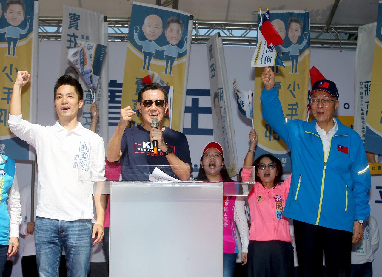 國民黨立委參選人蔣萬安(左)上午舉行競選總部成立大會,前總統馬英九(中)與國民黨...