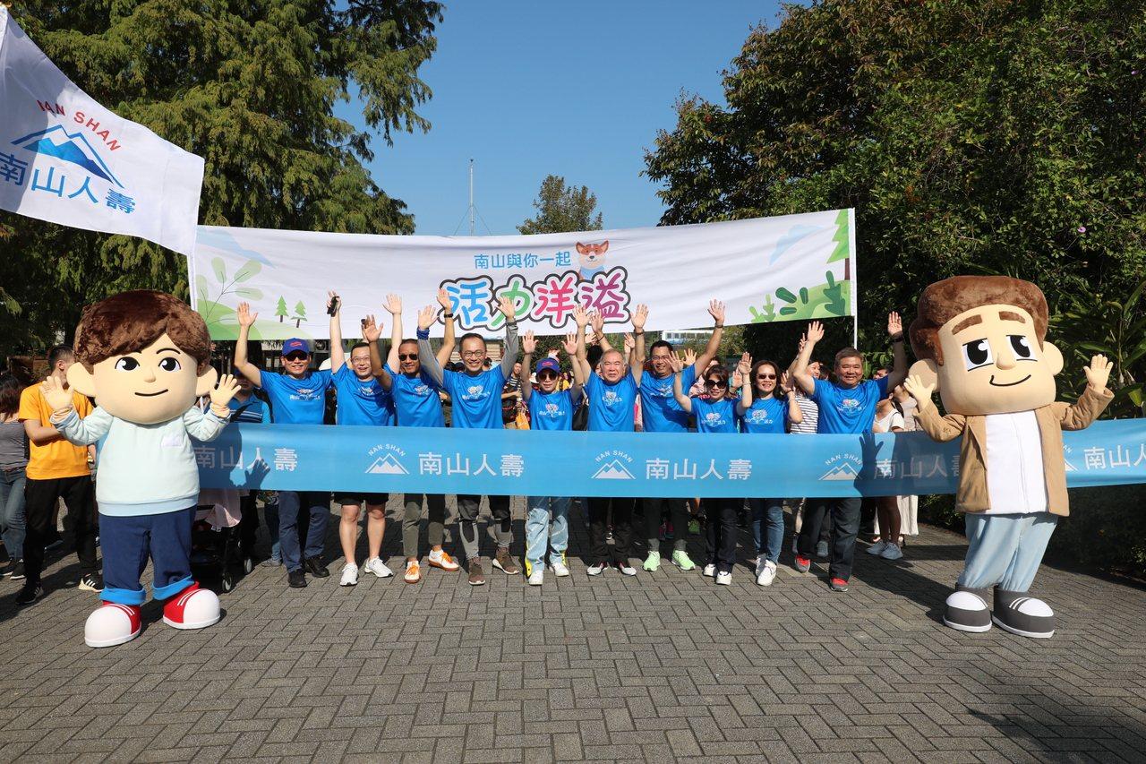 南山人壽今天在動物園舉行大型樂活健走活動,邀民眾、保戶及內外勤夥伴共二萬人參加。...