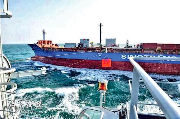 中共海軍12日首次應用民船加裝模塊化航行橫向補給系統,對水面艦艇導彈護衛艦進行乾...