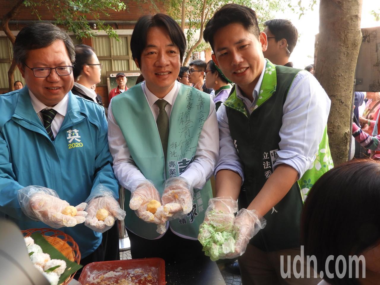 三人於新住民市集活動上除大啖東南亞美食,鄭文燦於製作東南亞甜點時,特別高舉手中甜...
