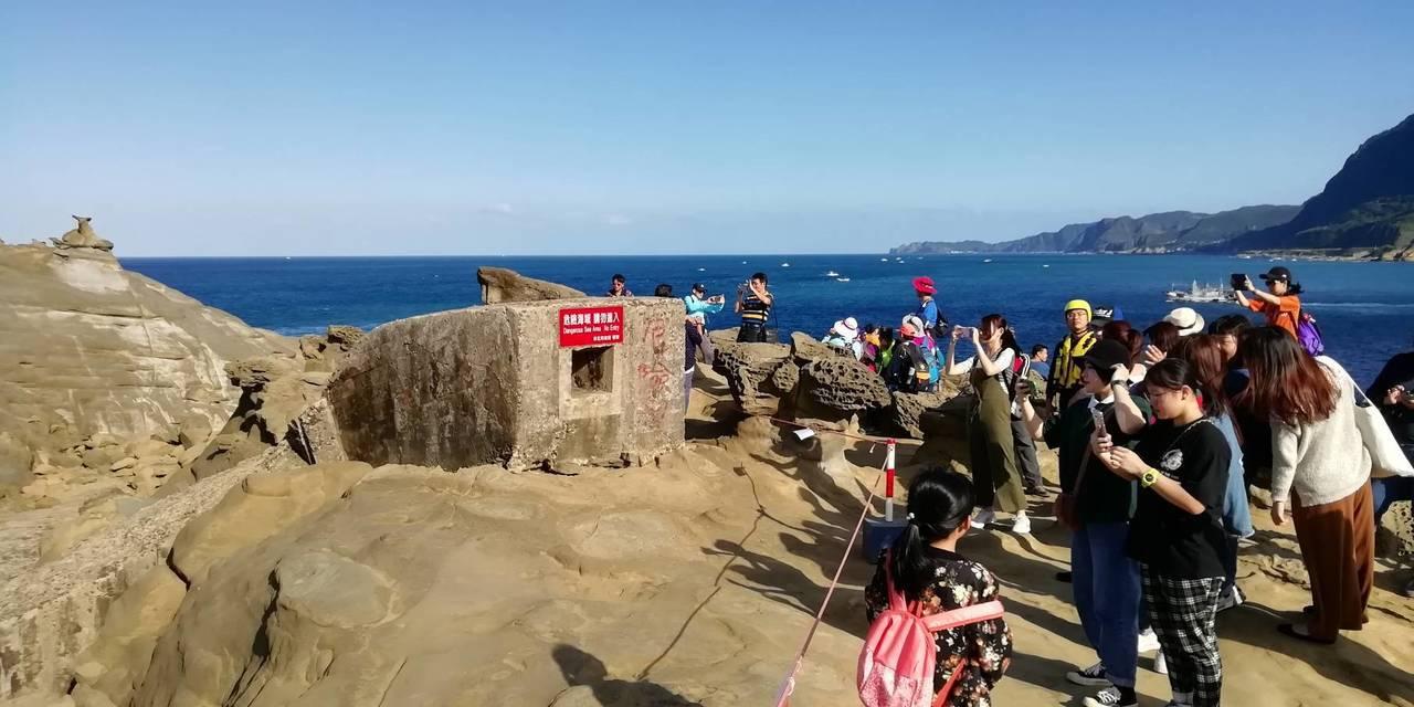 象鼻岩為熱門觀光景點,為加強安全維護管理, 已在周邊拉上警戒線禁止民眾隨意攀爬。...