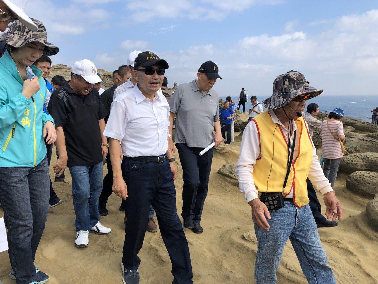 新北市長侯友宜今前往象鼻岩現場視察,並強調民眾安全為優先。圖/新北市農業局提供