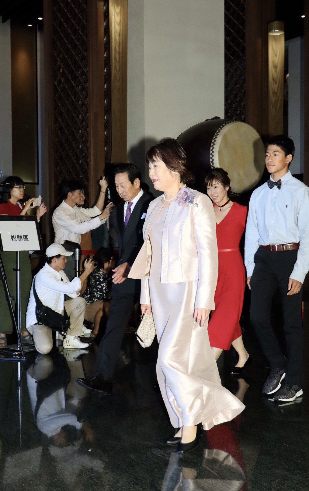 Akira的父母親(前排)、大姊以及大姊的兒子(後排)共同出席Akira與林志玲...