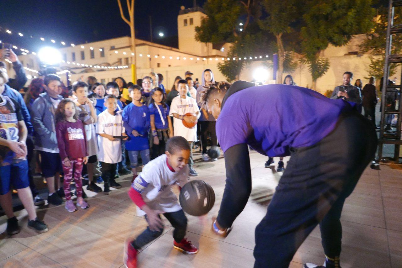 哈沃德陪孩子們打球,讓現場的孩子們興奮不已。(記者李雪/攝影)