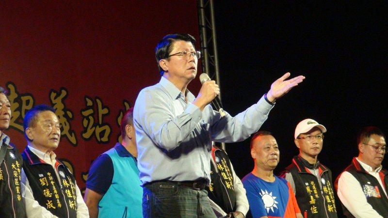 台中市立委第一選區參選人林佳新在大甲體育場舉辦「庶民起義」,台南市議員謝龍介到場站台助講。記者余采瀅/攝影