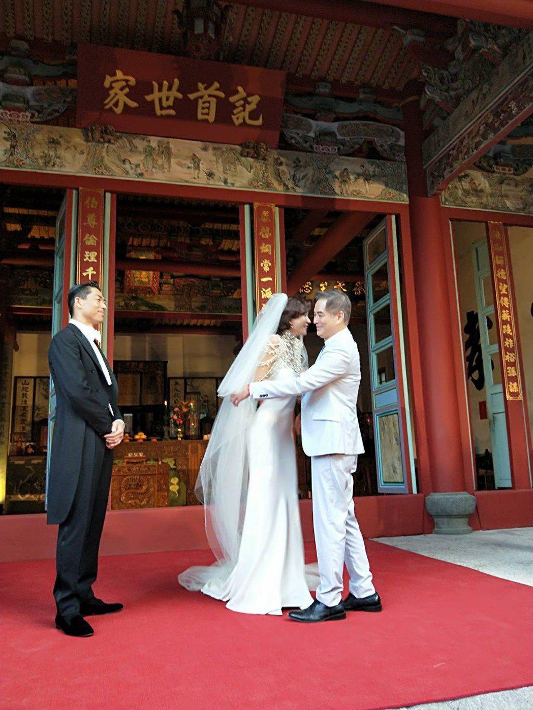 林健寰(右起)分享出席林志玲與AKIRA婚禮現場的照片。圖/林健寰提供