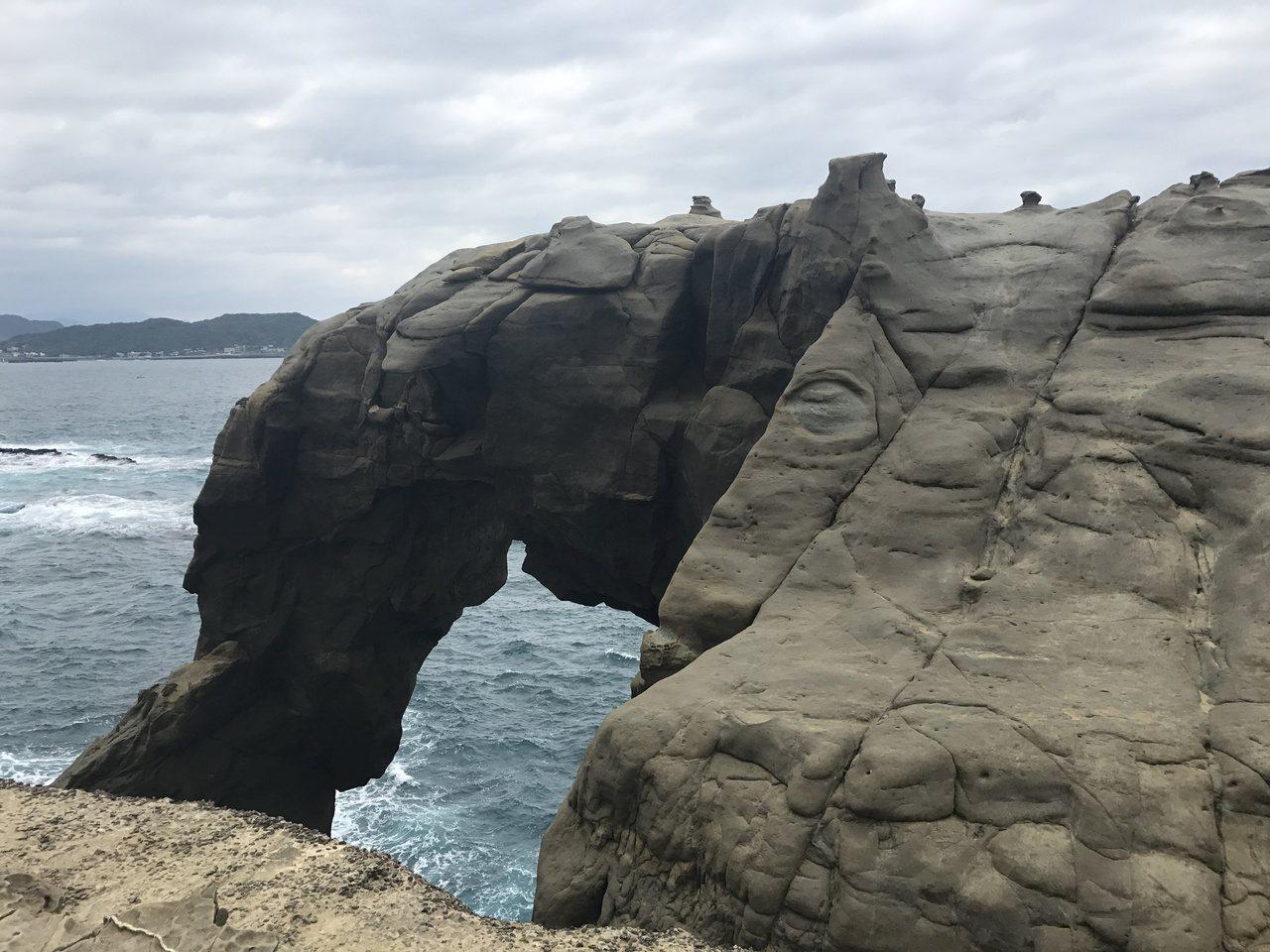 侯友宜上午視察象鼻岩,他說,第一階段安全措施做好了,接下來會在自然紀念物審議,及...
