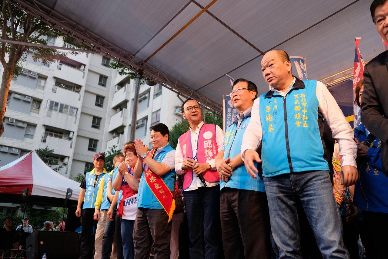 新北市前市長朱立倫要大家把票投給邱烽堯(右5)與林德福(右3)。記者張曼蘋/攝影