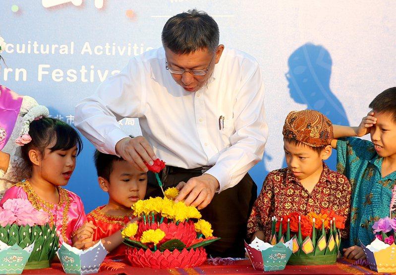 台北市長柯文哲(中)出席水燈節活動,與小朋友們一同DIY製作自己的水燈。記者余承翰/攝影