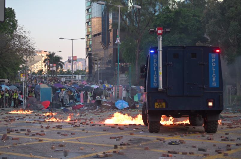 香港警方的裝甲車輪一度起火。(星島網)