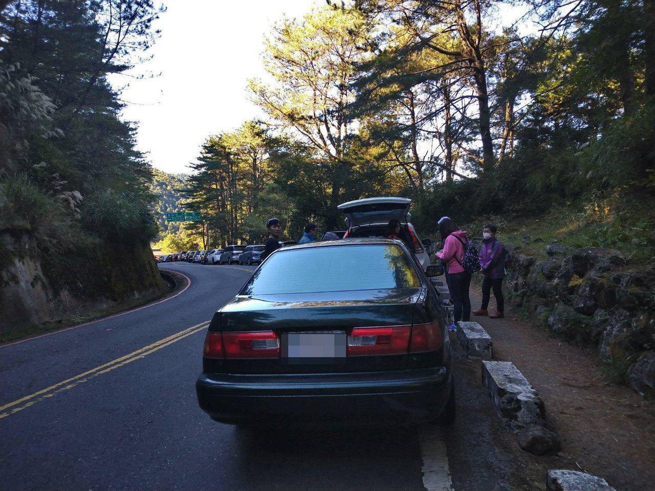 秋冬天氣轉冷,玉山、合歡山等山域開始出現結霜現象,上山民眾除需注意開車、健行安全...