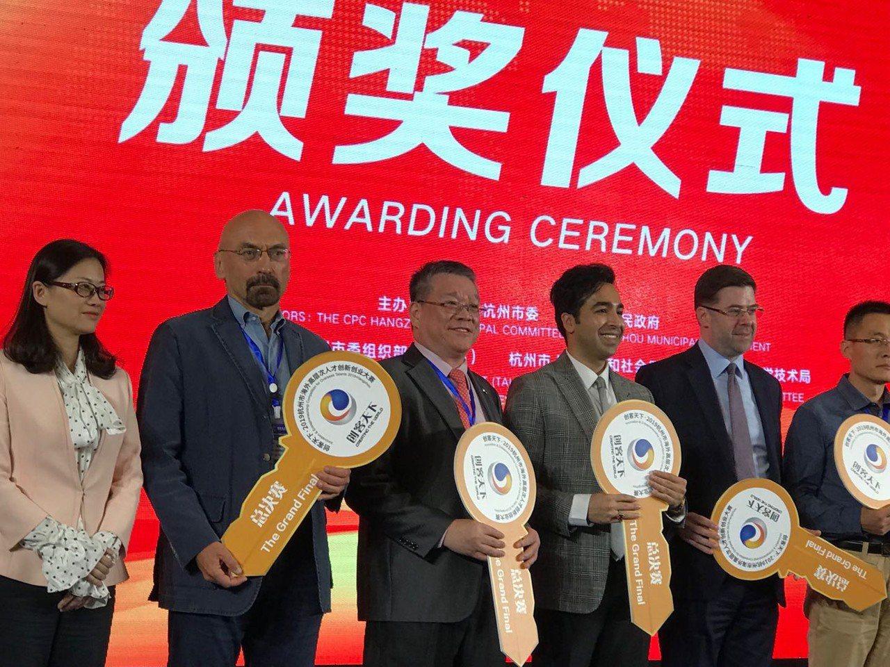 亞果生醫創辦人謝達仁(左3)獲此次大賽二等獎。亞果生醫/提供