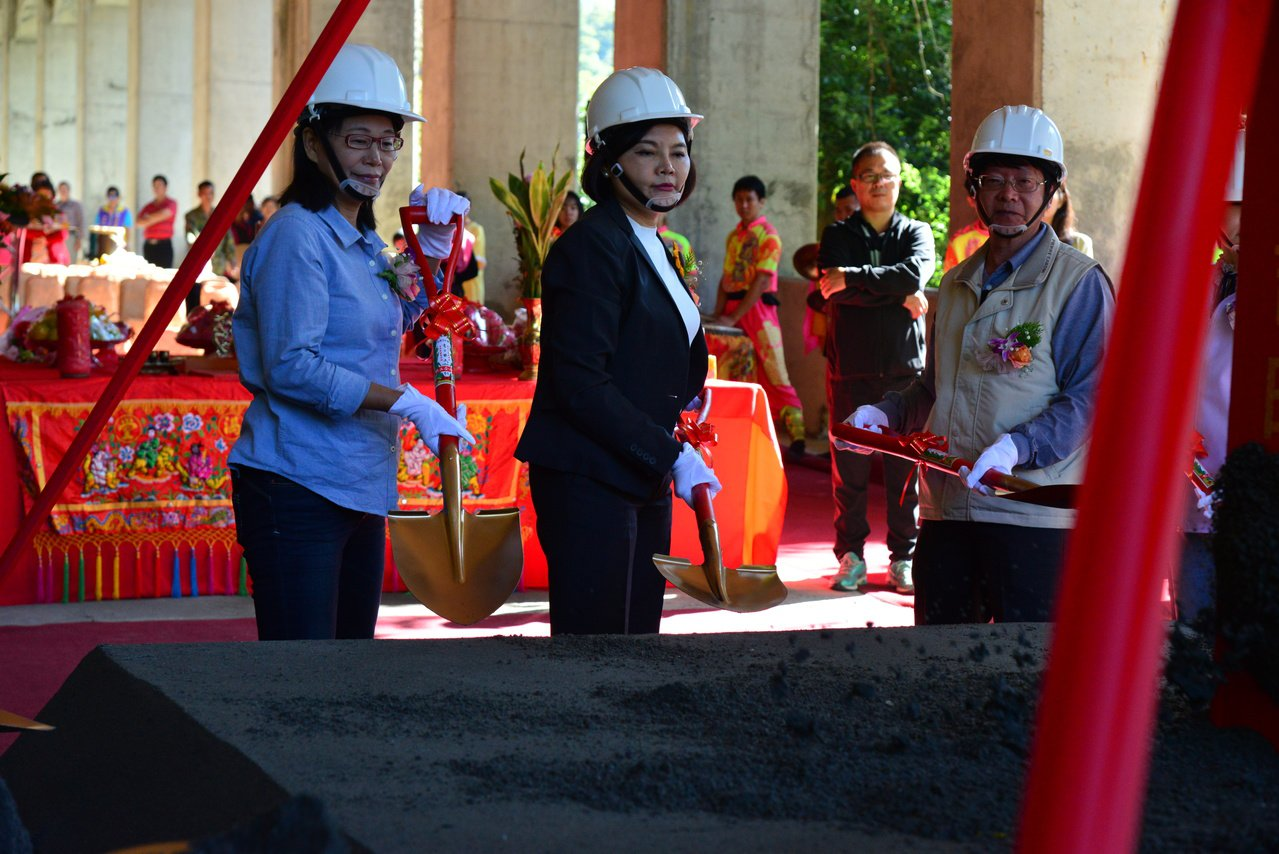 雲林縣長張麗善(中)等人今天主持149甲線的改善工程動土典禮。記者李京昇/攝影