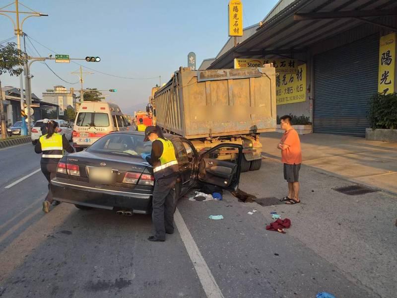 轎車追撞暫停路邊的砂石車,車上3大2小共5人受傷送醫。記者林昭彰/翻攝