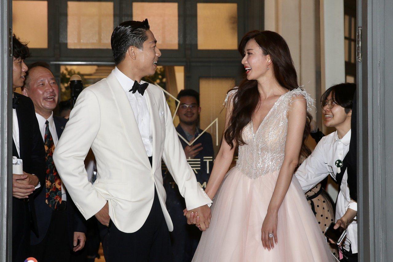 林志玲(右)晚宴把頭髮放下來,走性感美人風格。記者林伯東/攝影