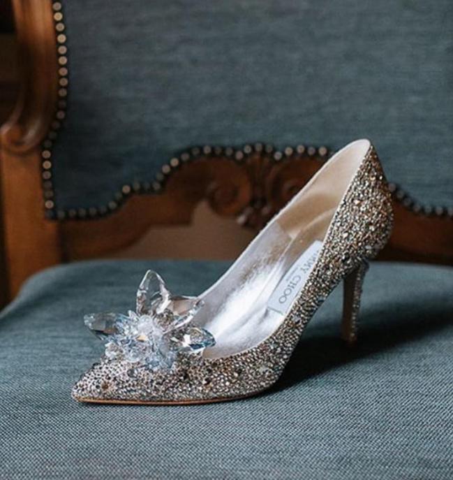 林志玲選穿Jimmy Choo灰姑娘玻璃鞋出席婚禮晚宴,約15萬7,800元。圖...