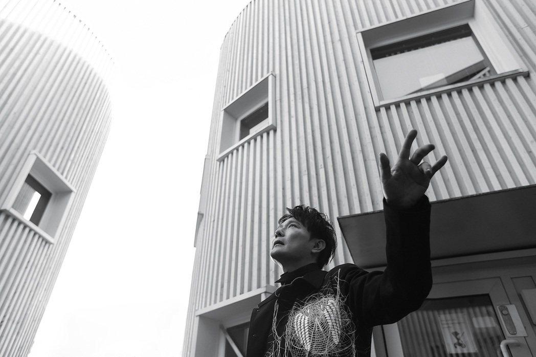 張信哲與北歐團隊合作新歌「慢慢走」。圖/潮水音樂提供