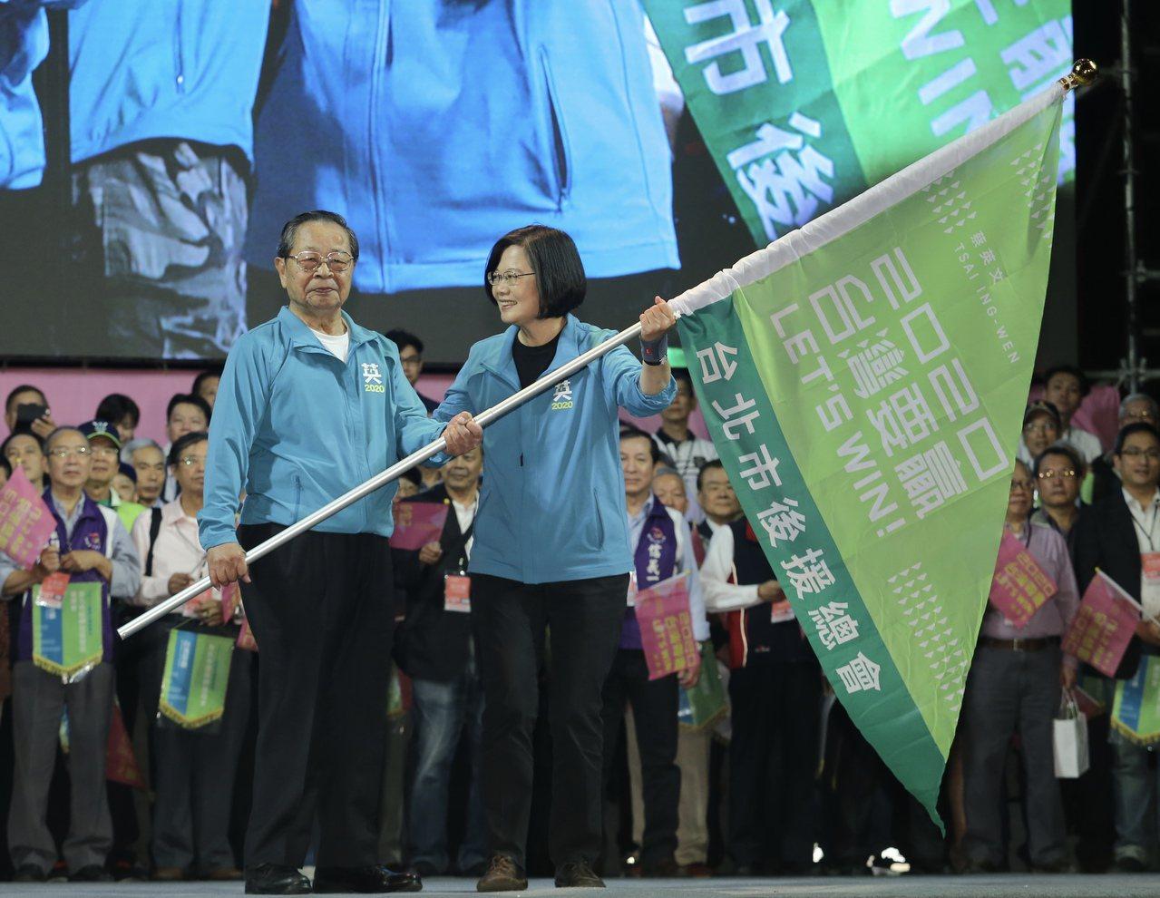 蔡英文總統(右)連任競選總部今天開幕,她授旗給台北市後援會長顏志發(左)。記者許...