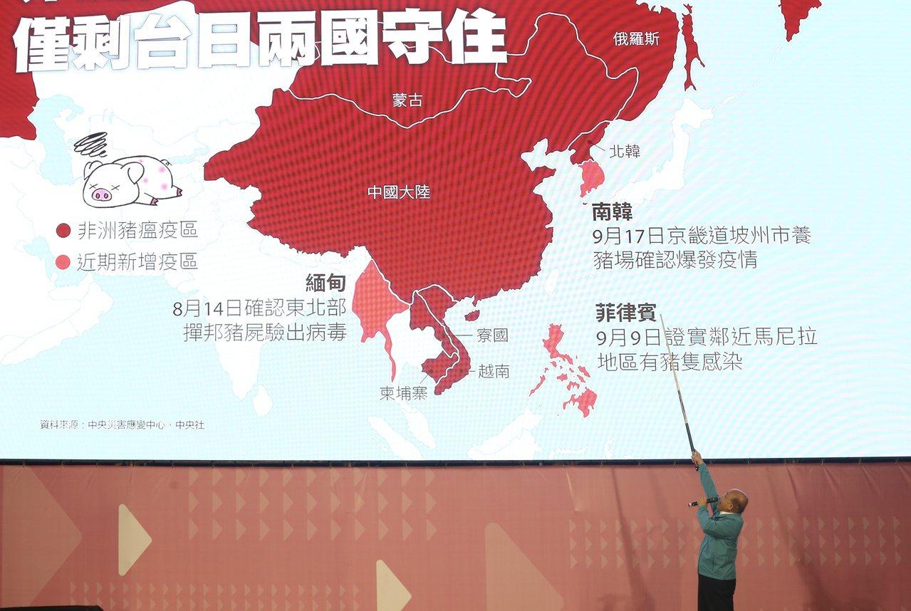 蔡英文連任競選總部今天開幕,行政院長蘇貞昌(圖)拿著撞球桿,在大型圖表前簡報,向...