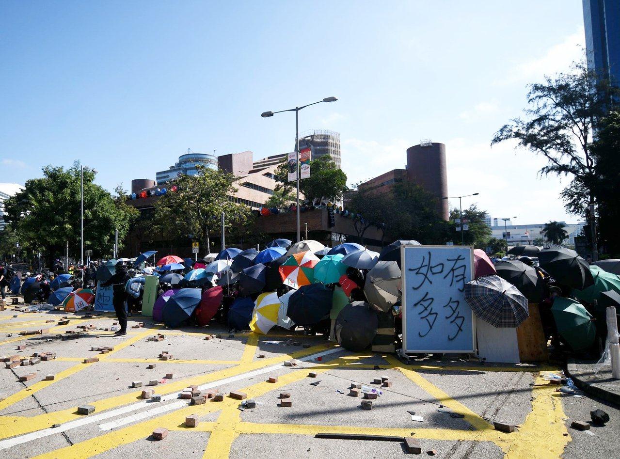 香港理工大學一帶場面混亂。圖/取自星島日報