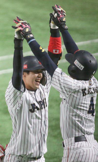 日本隊第一棒山田哲人擊出三分全壘打。特派記者侯永全/攝影