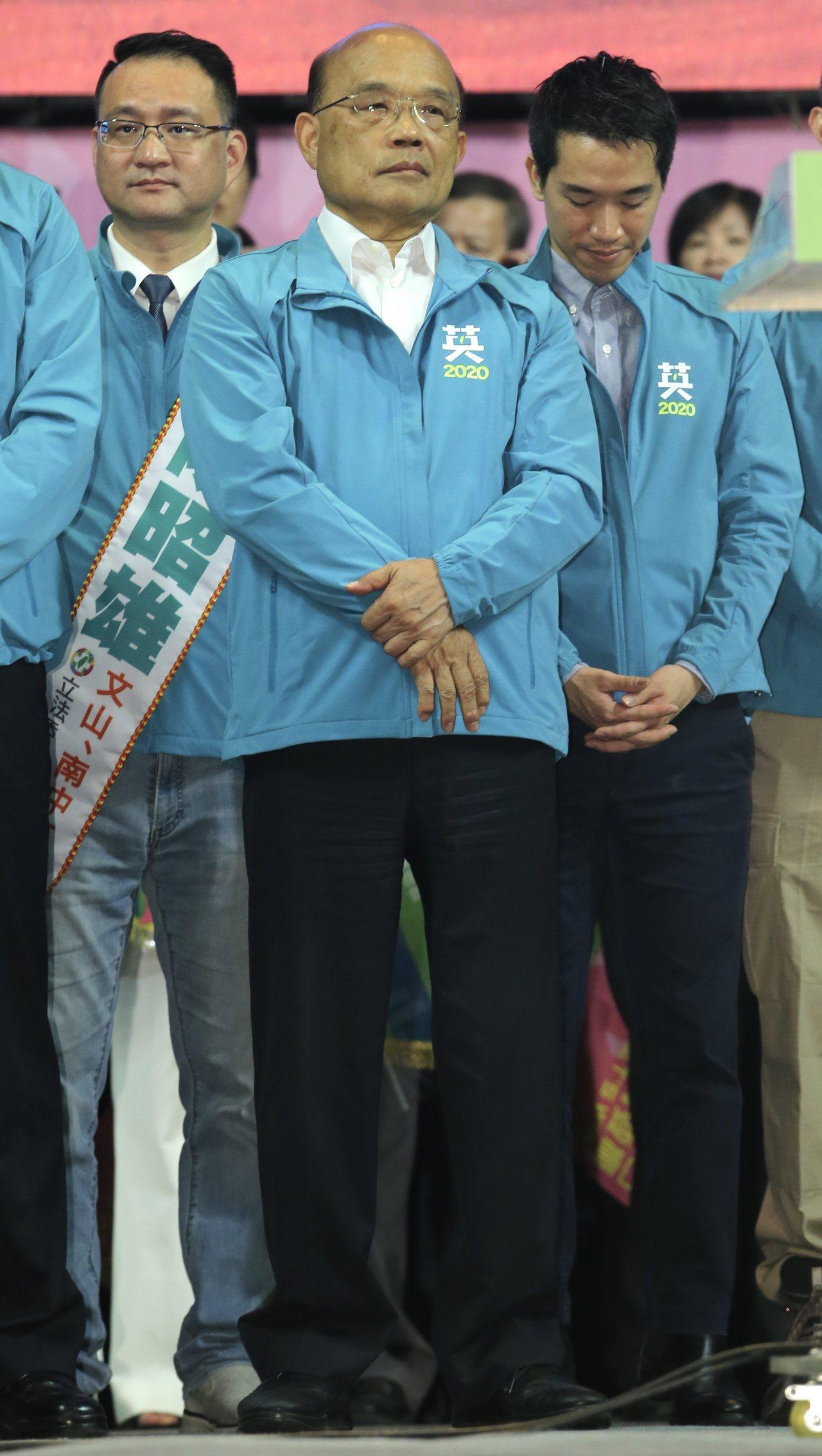 行政院長蘇貞昌(圖)今天出席蔡英文競選總部成立大會,站在台上的他臉部表情僵硬。記...