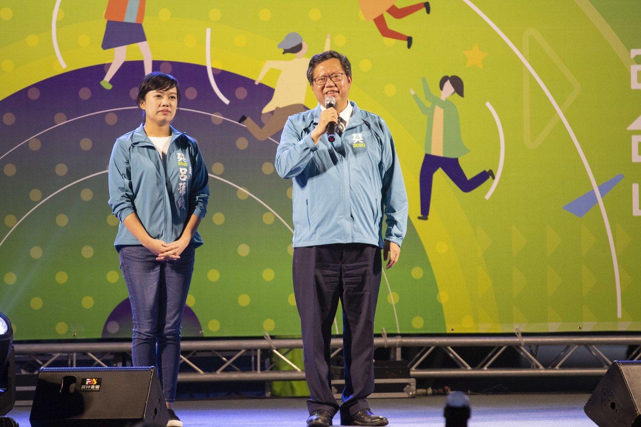 桃園市長鄭文燦(右)說,國民黨不分區立委名單「看了要吐血」,最大亮點就是吳敦義,...
