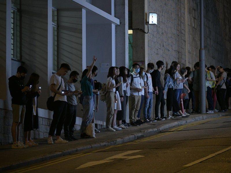 下午近五點,香港示威者繼續發起築人鏈活動。圖/取自星島日報