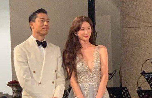 林志玲在晚宴期間,換穿第二套禮服,深V的設計讓她曲線畢露,辣秀事業線,直接變成爆...