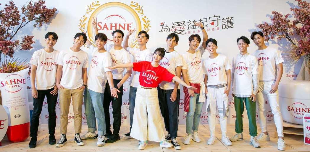 李佳穎(前)有10位男星陪同出席保養品牌公益活動。圖/SAHNE紗奈提供