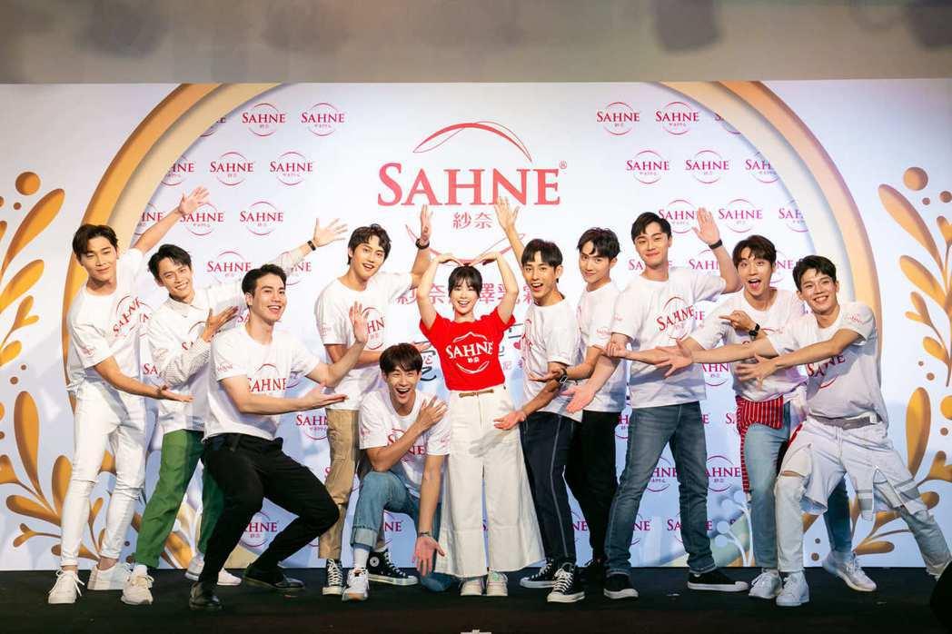 李佳穎(中)有10位男星陪同出席保養品牌公益活動。圖/SAHNE紗奈提供