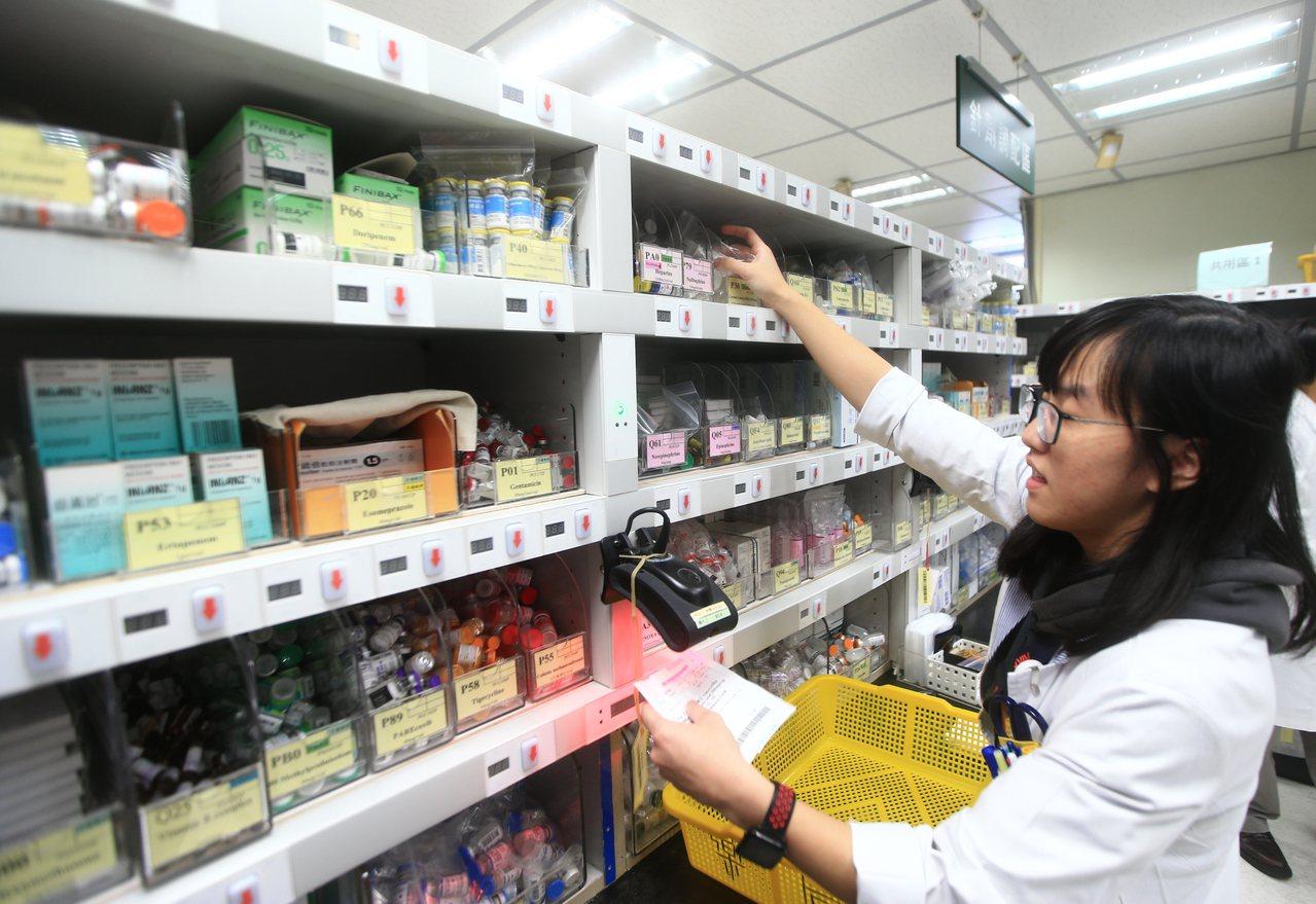 各大醫院已施行抗生素管理制度,圖為林口長庚兒童醫院內的單一劑量藥局,藥師以紅外線...