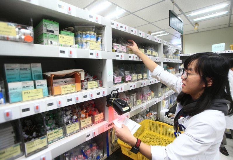 各大醫院已施行抗生素管理制度,圖為林口長庚兒童醫院內的單一劑量藥局,藥師以紅外線掃瞄病人條碼,待綠色燈亮起,將藥放入籃中。 記者陳正興/攝影