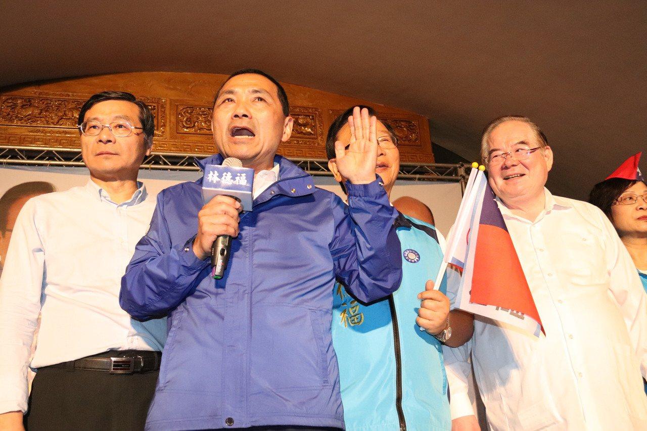 新北市長侯友宜今晚至永和為立委參選人林德福(左二)輔選。記者胡瑞玲/攝影