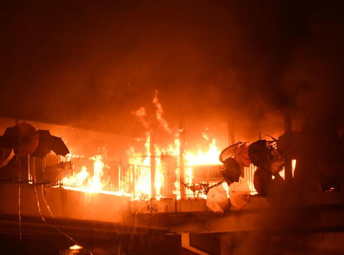 晚間7時示威者焚毀連接理工大學與紅磡火車站的人行天橋。圖/取自星島日報