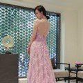 直到最後一刻都美翻了!林志玲婚宴送客造型曝光 粉色中式禮服洋溢幸福模樣
